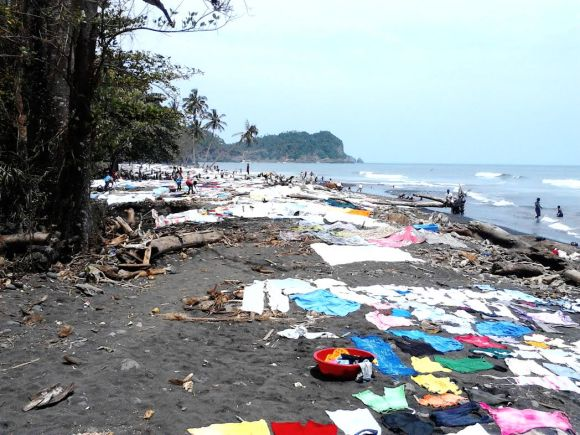 Praia de Água Izé - as roupas espalhadas pelo areal são de pessoas que não têm água canalizada em casa