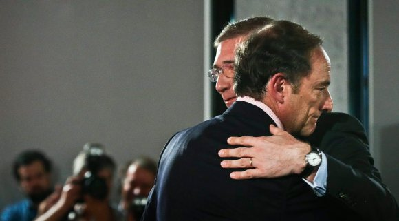 epa04865535 President of PSD (Social Democratic Party), Pedro Passos Coelho (R), greets the CDS-PP (Social Democratic Party) president, Paulo Portas (L), in Lisbon, Portugal, 29 July 2015, during the presentation of the coalition electoral programme for the upcoming legislative elections that will take place 04 October. EPA/MARIO CRUZ