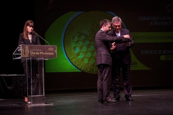Marco António Costa recebe a Medalha de Mérito Municipal, Grau Ouro, do Presidente da Câmara de Gaia